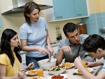 大人们总喜欢在餐桌上谈事,认为在吃饭的轻松环境中教育效果事半功倍.图片