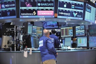 7月8日,一位买卖员在美国纽约证券买卖所内期待证券买卖康复。新华社发