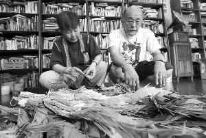 曾田夫妇送来3000多只千纸鹤,仔细挂起来 现代快报记者 马晶晶 摄