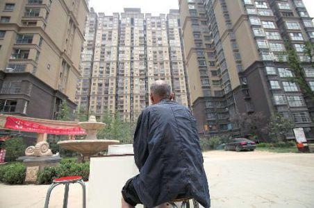 一个月来,81岁的崔徒弟感触极端的无助和悲惨,今朝他租住在城西西窑头村,左邻右舍没人晓得,他居然有4个儿子,而4个儿子又在拆迁进程中各分得4套房。关于崔徒弟的奉养成绩,4个儿子各有说法。
