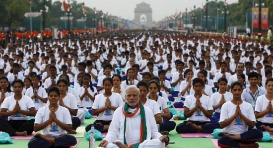 图为印度总理莫迪参加大型瑜伽活动。