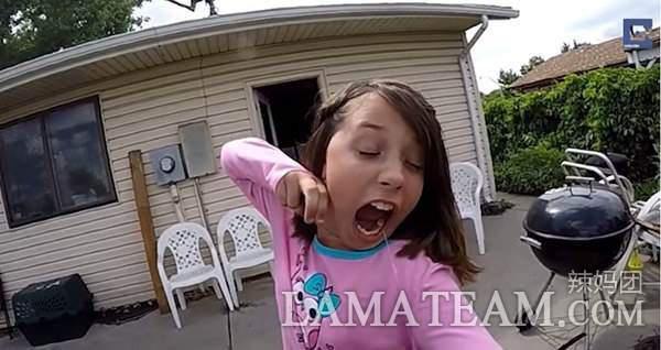 小女孩拉弓射 自己身体一部分也跟着射了出去