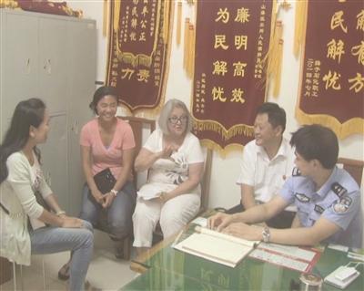 """""""美国妈妈""""带女儿蒋佩佩求助南京警方。"""