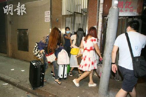 香港警方突击搜寻区内一间旅店及多个室第单元,逮捕34名疑卖淫的沿海男子。(图像来历:香港《明报》)