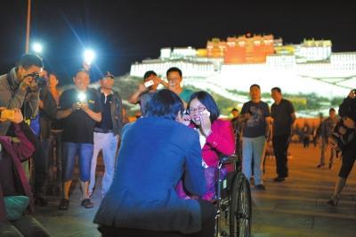 7月5日,丁一舟在布达拉宫广场上向小敏求婚。小敏激动不已,泪流满面。