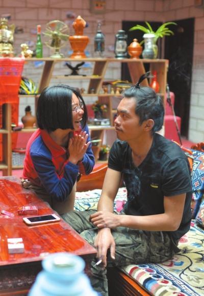 赖敏喜欢做着专属于恋人间的小游戏,比如给一舟扎个小辫,便开心地手舞足蹈。