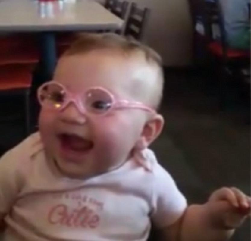 戴上弱视眼镜的派柏第一次看清了眼前的世界,并露出开心的笑容视频截图