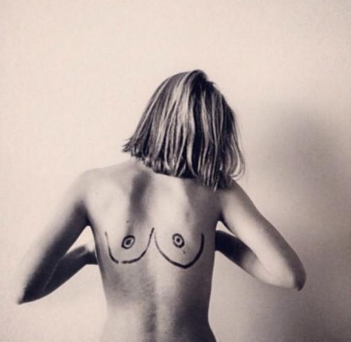 一位女人上传到Instagram上的相片,以支援束缚乳头静止。 图像来自收集
