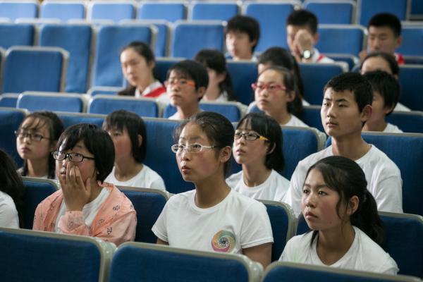 """13日,21名来自宁夏""""西海固""""地域的中门生榜首次踏上了上海的地盘。 本组图像均来历 磅礴新闻记者 贾亚男"""