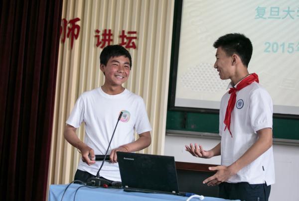 13日,来自宁夏的门生与复旦第二从属中学的门生结成对子,做自我引见。