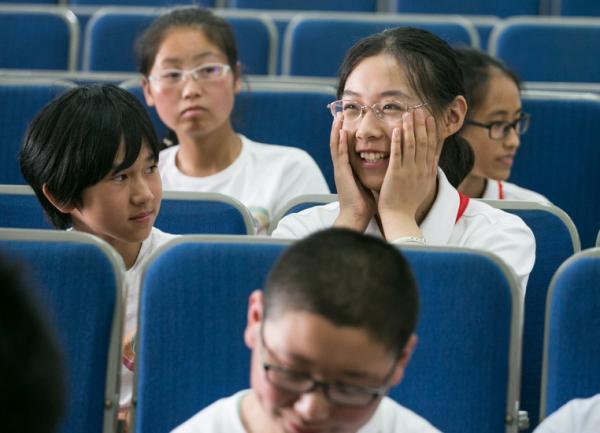 来自宁夏的门生与复旦第二从属中学的门生互相意识谈天。