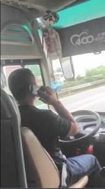 驾御员在快速路行驶途中接打德律风。