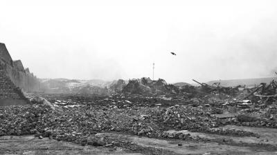 失火的堆栈焚烧后坍塌,只剩下了钢架布局,仍冒着黑烟。