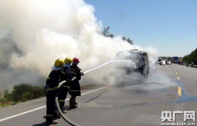 高温天新疆216国道客车着火烧成空壳 200余辆车滞留周继成摄