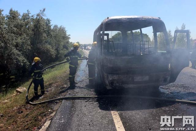 高温天新疆216国道客车着火烧成空壳 200余辆车滞留(周继成摄)