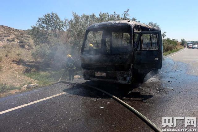 高温天新疆国道客车着火烧成空壳 200辆车滞留