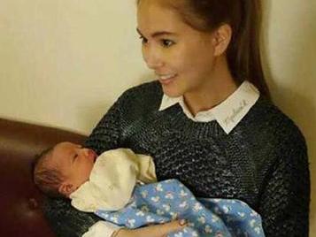 昆凌为周杰伦诞下公主 素颜出镜晒女儿正面照