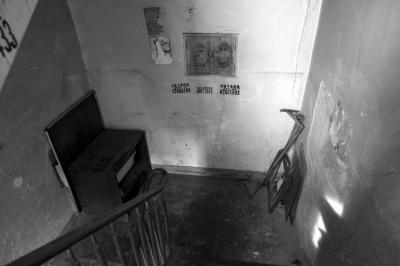 楼道里仍堆有杂物。京华时报记者蒲东峰摄