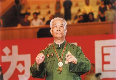2002年军乐团成立50周年,罗浪在首都体育馆指挥国歌演出。