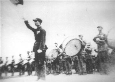 1949年开国大典上,罗浪担任联合军乐队总指挥。罗浪家人供图