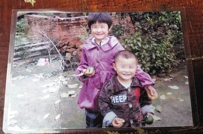 陈瑞雪和7岁的弟弟。