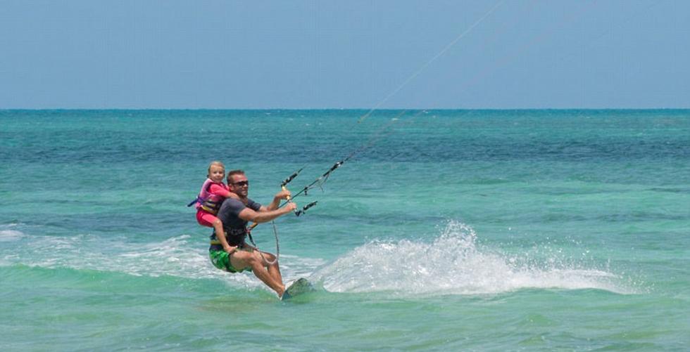 皮的小明随父母乘船去长岛旅游 冲浪美女图片
