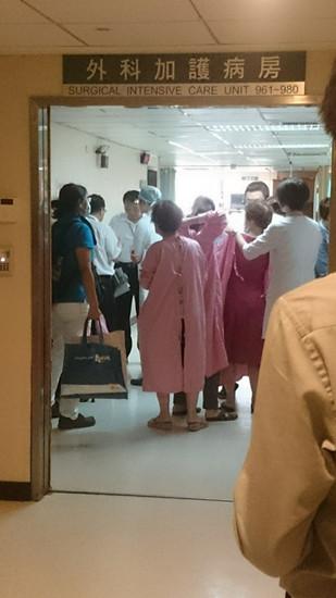 曾父、曾母等亲属到加护病房探望。图自台湾《联合报》