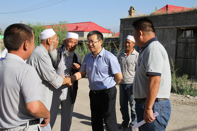 霍城县县委布告葛国探访住进新居的农夫