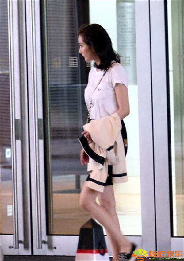 杨幂白色t恤配短裙,斜跨小包,显得十分小清新.图片