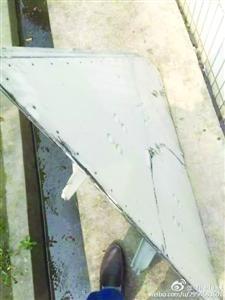 """网友""""Miracle_辰""""公布的微博图像显现厂房被砸穿(左图),疑似掉落的飞机零部件呈三角形(右图)。"""