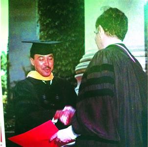 """年青时的博斯特尔是个""""学霸"""",下图为他在哈佛结业典礼上。"""