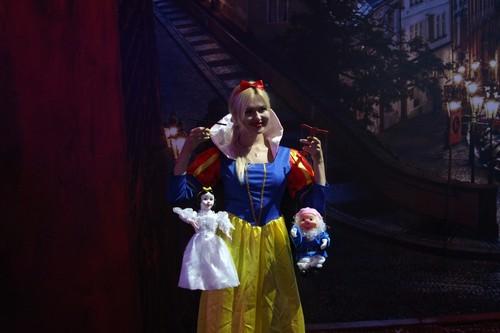提玩偶的白雪公主