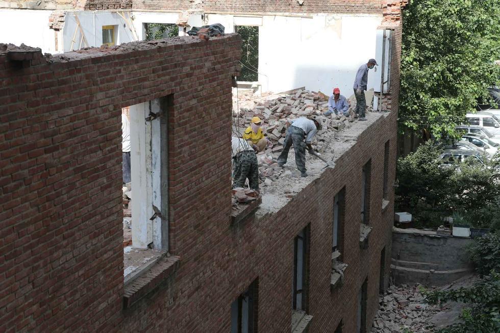 据工地施工人员介绍,此建筑的使用的是沙砖,与目前红砖的烧制工艺不同。