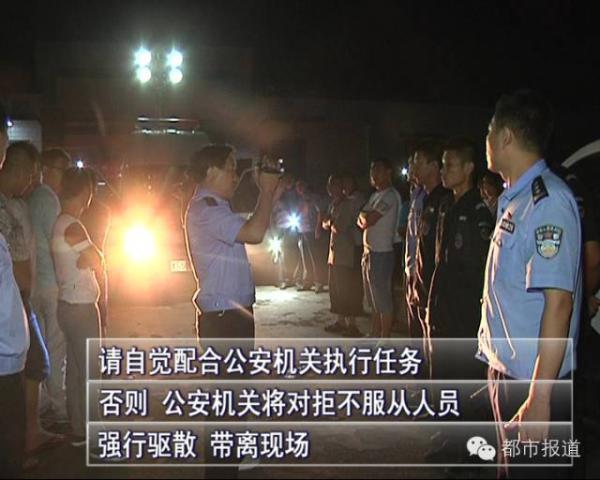 经过二十多分钟的劝导,村民情绪逐渐平复下来,陆续离开派出所,两名嫌疑人被顺利押送到获嘉县公发局。