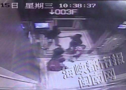 2015年7月15日,福建泉州一豪华酒店监控显示:上午10点多,一名6岁男孩进入电梯,此时,电梯内只有一名40来岁的女子。男孩进入电梯后,背对着这名女子,将手伸到嘴里,结果手臂突然被这名女子用力甩打。男孩转过身跺脚,有点生气,两人似乎有说话,随后男孩又被打后,也还了手。图为电梯监控显示,中年女士先拍打了男孩手臂。