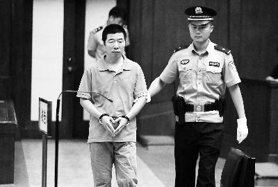 张伟被带进法庭 摄/法制晚报记者 曹博远