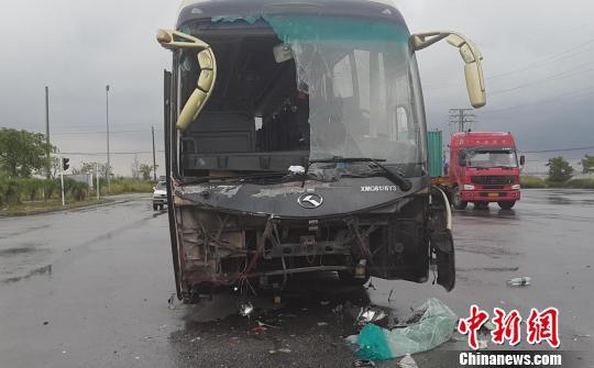 图为事变大客车车头及挡风玻璃破坏重大。 覃成朝 摄