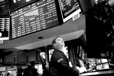 6月29日,一位买卖员在美国纽约证券买卖所繁忙。 因为希腊债款守约能够性大增,纽约股市三大股指当日大跌。 新华社/法新