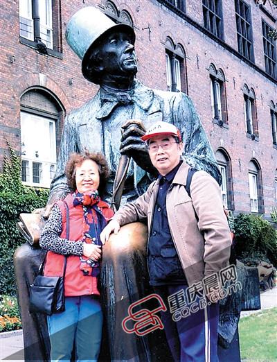 杨武能、王荫祺佳耦在丹麦安徒生雕像前合影。受访者供图