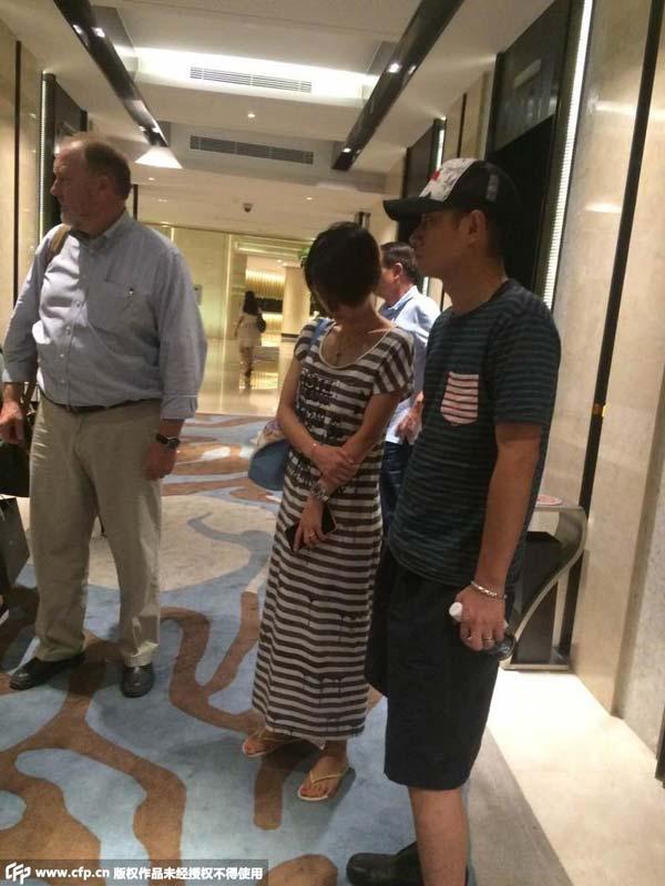 近日,正在上海拍摄新片的文章携老婆马伊�P一起回到剧组下榻的酒店,当被人认出后两人一路低头走进电梯上楼<b