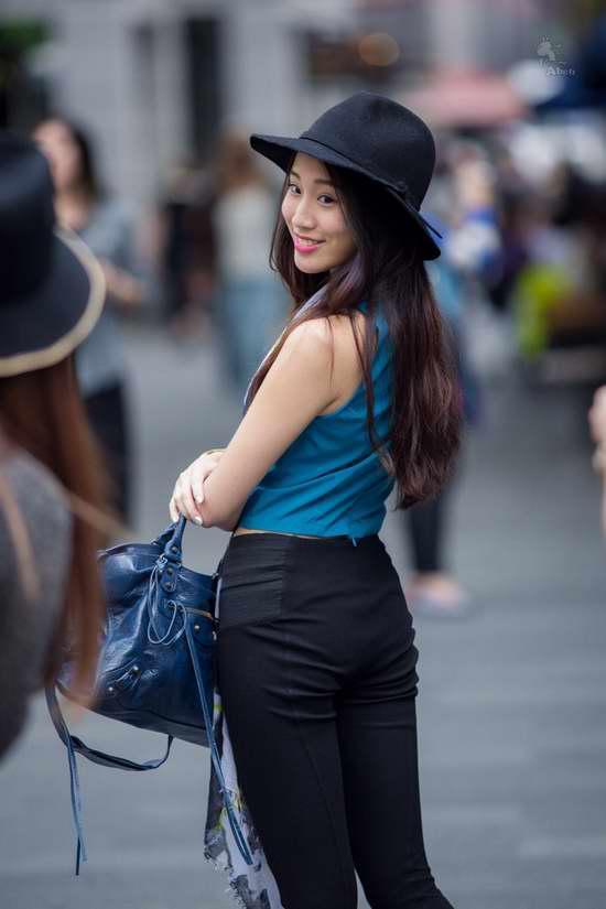 街拍上海美女大尺度真空出街