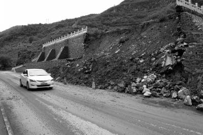 门头沟一处山体护坡发作塌方。京华时报记者 谭青 摄