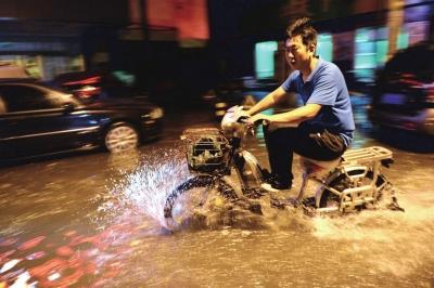 左家庄地域昨夜零时积水重大。京华时报记者 谭青 摄