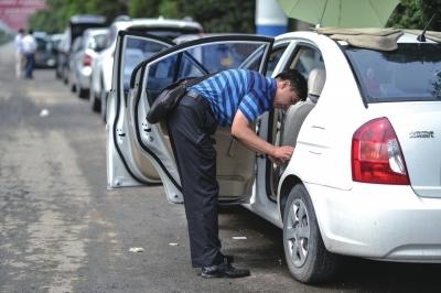 房山多辆轿车被浸泡,期待营救车拖走。京华时报记者 王苡萱 摄