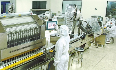 7月17日,位于西峡县的河南宛西制药公司里,工人们在生产线上生产药品.图片