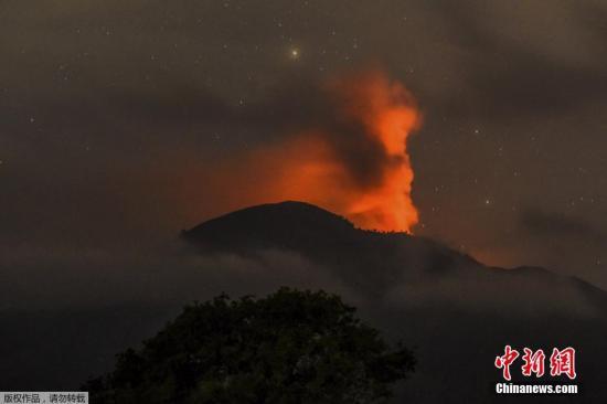 当地时间7月12日,印度尼西亚东爪哇拉翁火山喷出大量的火山灰。受此影响,印尼巴厘岛国际机场重新开放一天后再次关闭。 视频:火山爆发导致巴厘岛机场再次关闭 来源:上海东方高清