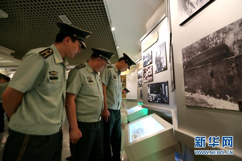 学员讨论记录着解放军某旅的历史资料