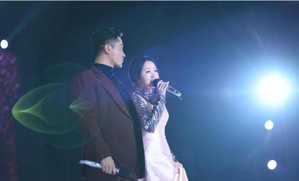 杨钰莹与 毛宁 伞下甜蜜合唱