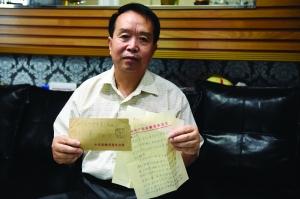 刘峰家中珍藏着有关万里的书信和材料 现代快报记者 徐洋 摄