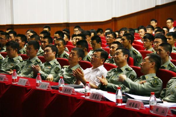 唐兴华(右二)出席沈阳军区赴利比里亚抗埃医疗队先进事迹报告会。